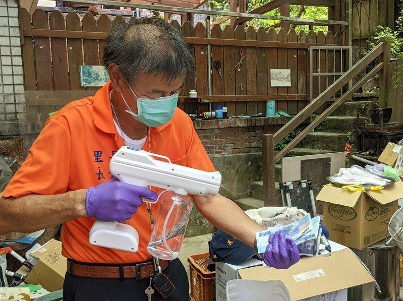 汐止區的長青里長陳建興每天都將硬幣、紙鈔消毒,提供里民兌換。 圖/觀天下有線電視提供