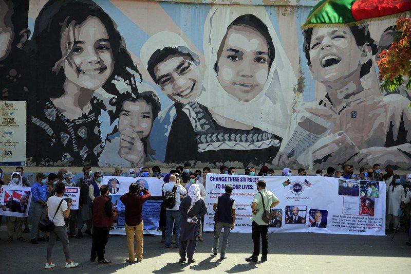 2021年6月25日,曾擔任美軍口譯員的阿富汗民眾在喀布爾美國大使館前抗議美國政府棄他們不顧。美聯社