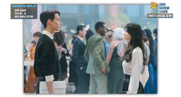 宋慧喬、張基龍正拍攝SBS新劇《現在分手中》。圖/截自2021 SBS Show...