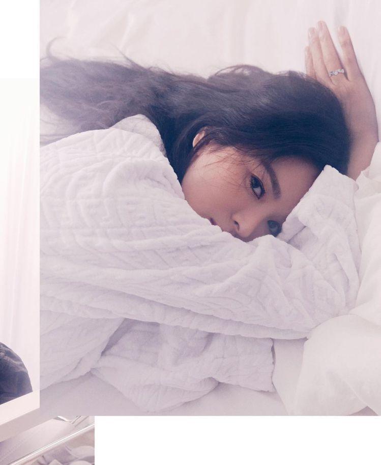 宋慧喬演繹FENDI Vertigo系列白色棉質浴袍,30,500元。圖/取自I...
