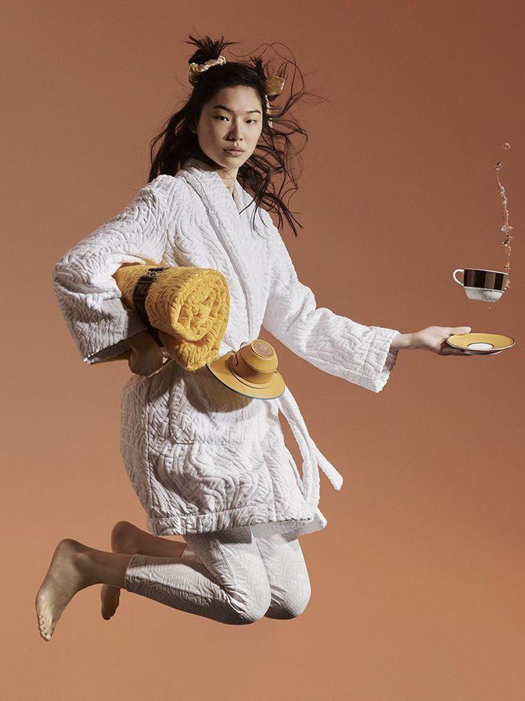 宋慧喬身上的白色浴袍來自FENDI Vertigo夏日系列。圖/取自FENDI官...