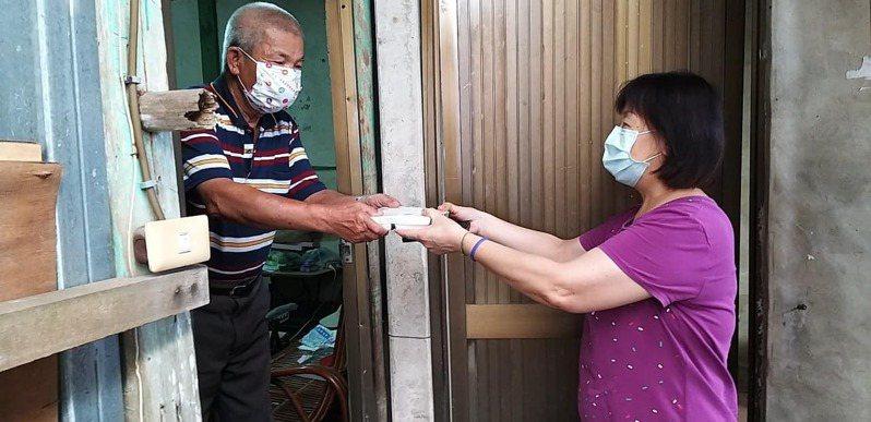 安道基金會在偏鄉大埔鄉送餐長輩及就醫協助。圖/安道基金會提供