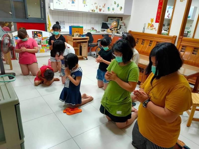 安仁家園孩子晚禱為疫情早日消除祈禱。圖/安仁家園提供