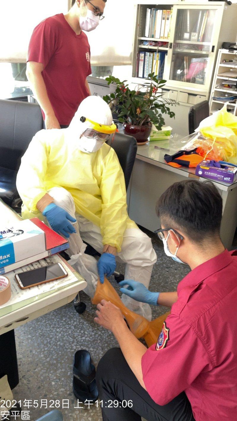 因應新冠肺炎疫情,台南市消防局救護出勤人員防護設備再升級。圖/台南市消防局提供