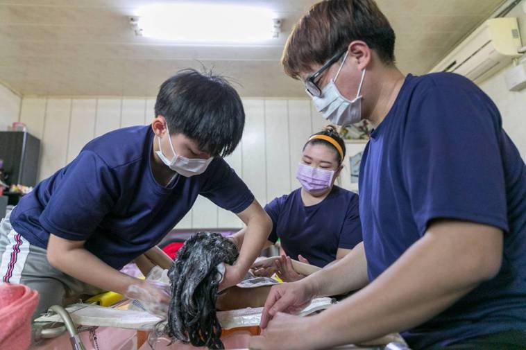 疫情下,到宅沐浴服務不打烊,幫長者家人解勞。圖/永信社會福利基金會提供