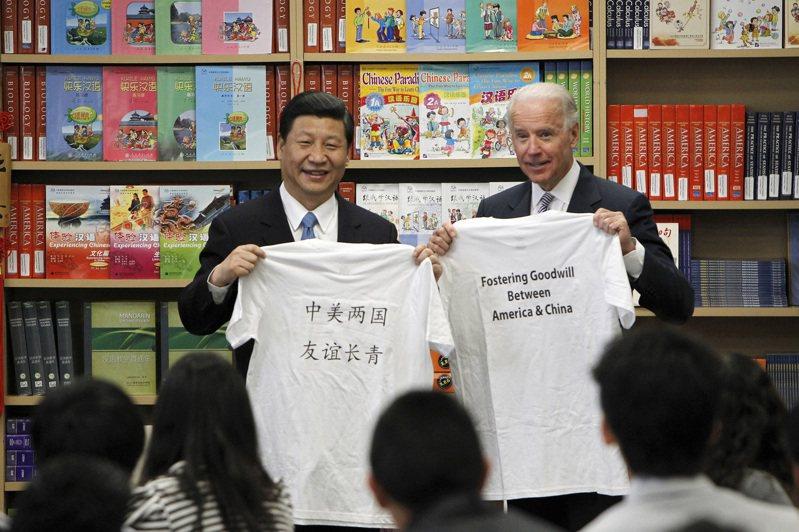 全球霸主之爭,中美恐陷入長期競爭對立格局。圖為2012年時任美國副總統的拜登(右)在加州接待當時擔任大陸國家副主席的習近平(左)。美聯社