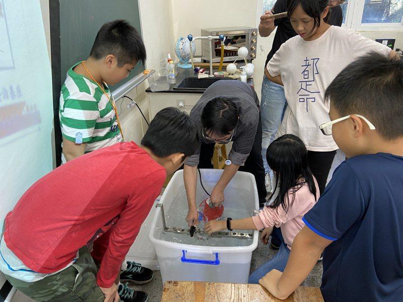 中泰國小在不同年級導入適合孩子的海洋能課程,高年級則透過實作做出簡易發電模組。圖/新北教育局提供
