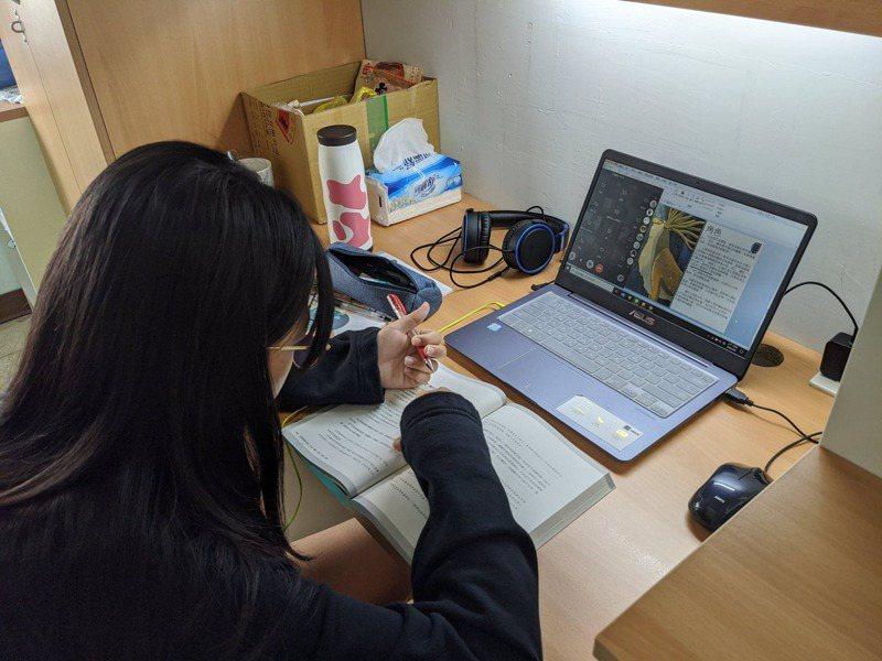 線上考試為了防弊,有老師突發奇想,要求學生考試時,須將視訊鏡頭轉向答題學生,來觀察考生考試時的一舉一動。圖/聯合報系資料照片