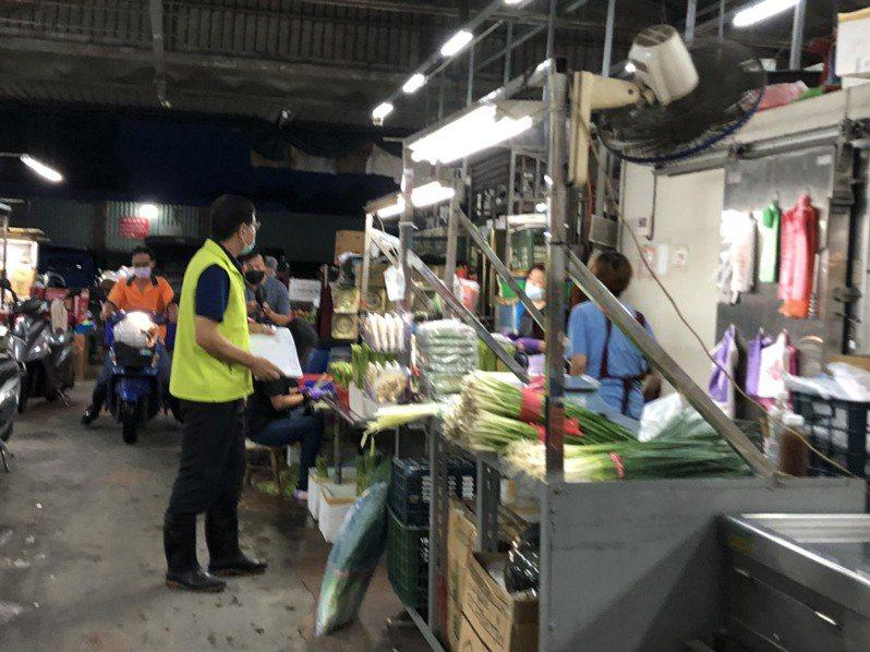 高雄三大批發市場之一的鳳農市場,記者逐一詢問攤位員工、卸貨工、搬運工,卻全部不在施打疫苗名單。記者侯俐安/攝影