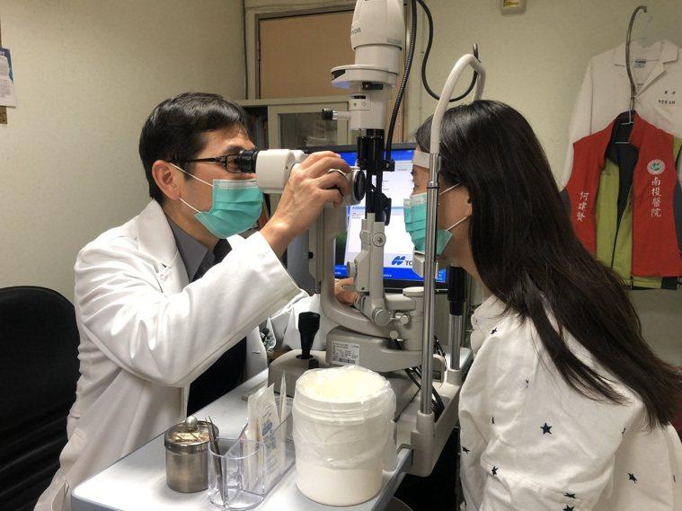 南投醫院眼科主任何建賢建議避免兒童長時間用3C產品,多凝視遠方,預防近視形成。圖...
