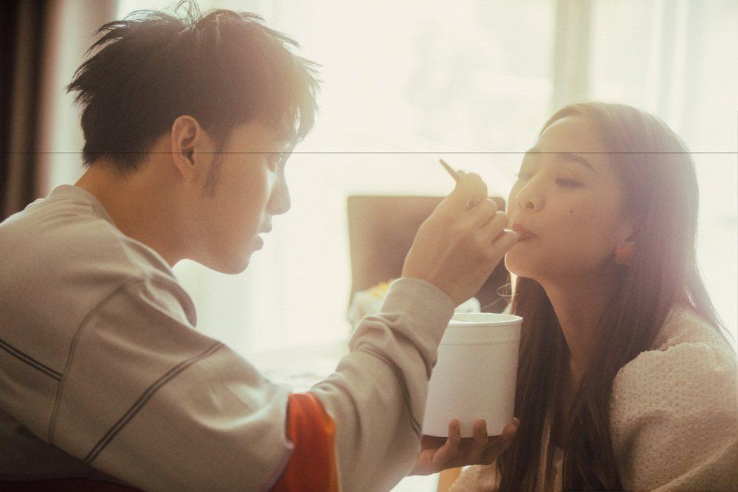 黃偉晉(左)在MV中對好友吳映潔漸漸產生情愫。圖/愛貝克思提供