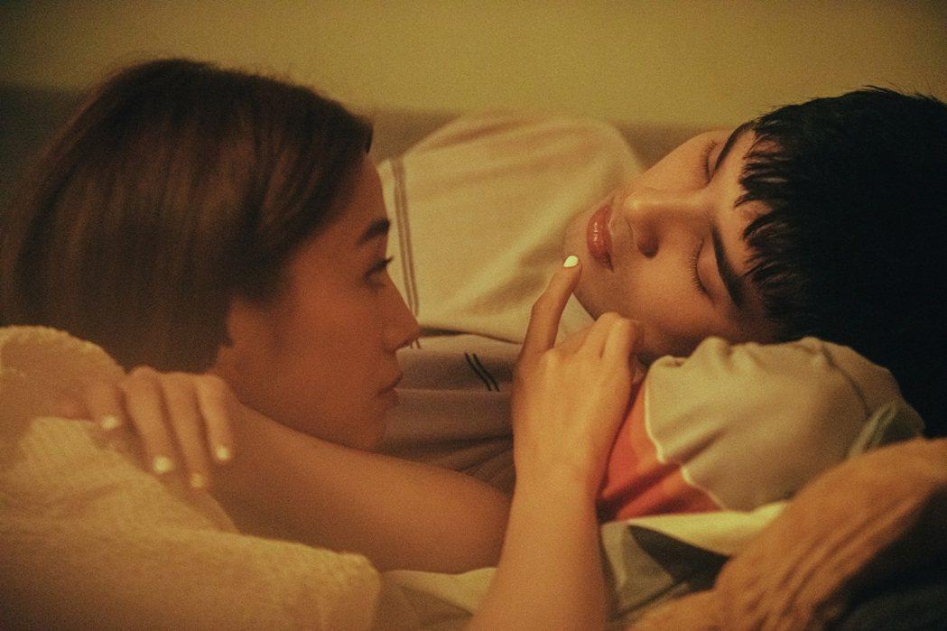吳映潔(左)在MV中對黃偉晉「指吻」,讓他忍不住笑場。圖/愛貝克思提供