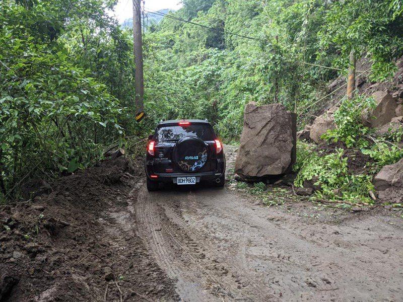 嘉義縣阿里山鄉山美村主要聯外道路129縣道,昨天下午因連日降雨,大石塊掉落路面,車輛幾乎無法通行。圖/莊信然提供