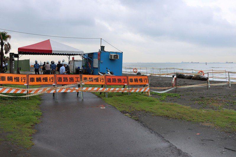 高雄市府在旗津三路進行堤岸應急工程,預計8月完工。圖/高市水利局提供