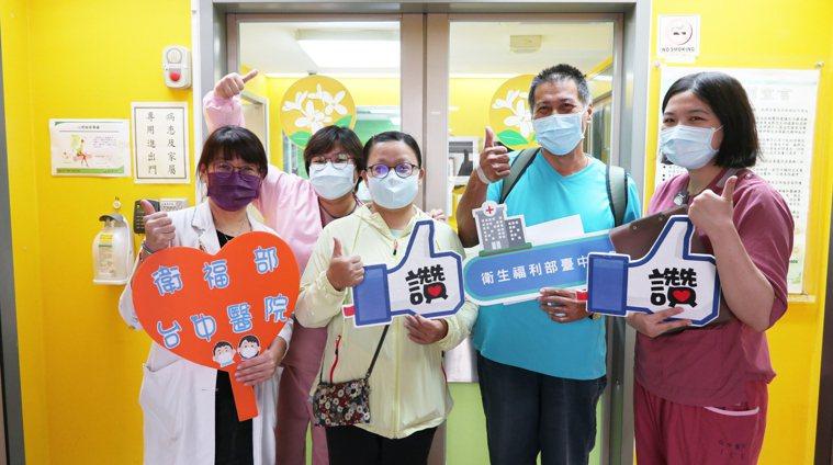台中市累計21人確診的北屯家族群聚案,大兒子李先生(右二)日前經過近一個月的治療...