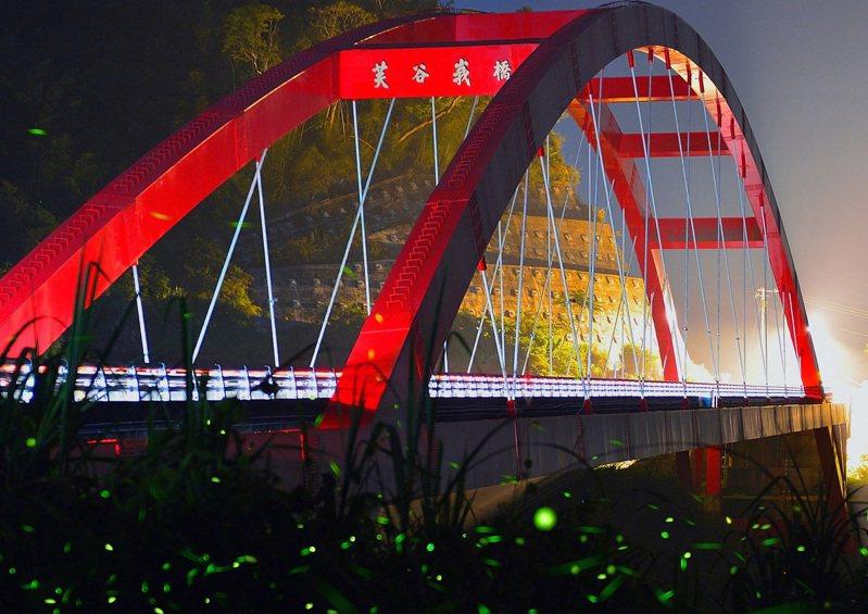 嘉義縣阿里山公路芙谷峨橋,如今到了夏夜便能目睹螢光閃閃的美景。圖/五工處提供