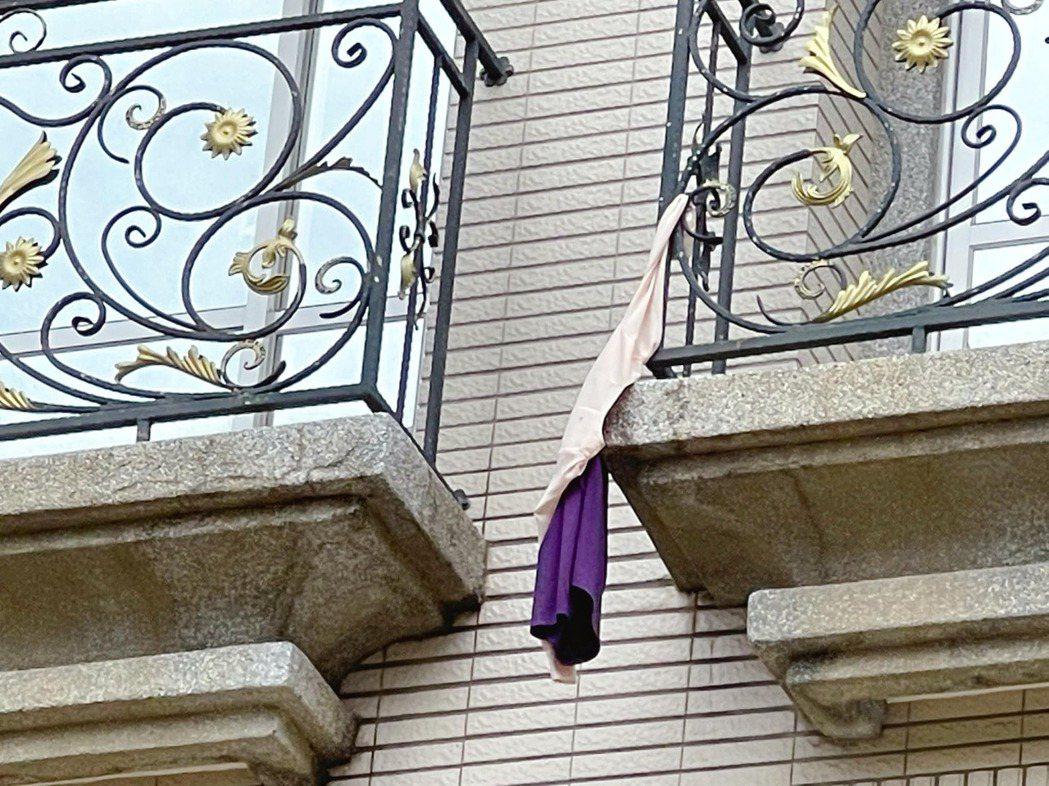 連昭慈的洋裝就這樣硬生生掛在陽台欄杆上。圖/摘自臉書