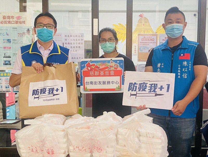國民黨台南市黨部今天愛心便當、防疫口罩到街友服務中心。圖/國民黨南市黨部提供