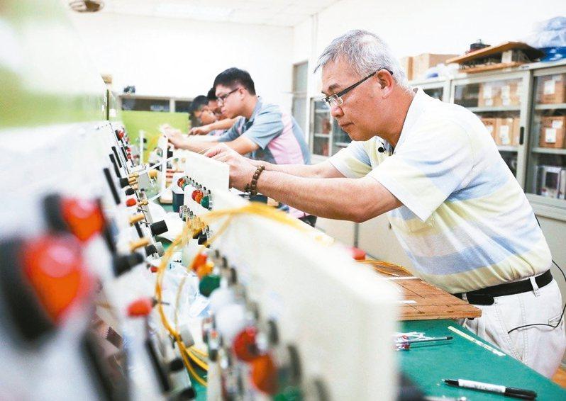 「繼續僱用高齡者補助計畫」是補助雇主持續僱用屆齡退休年齡(65歲)的員工達30%、僱用時間達六個月以上,且繼續僱用期間薪資不低於原薪資,前六個月補助員工每月薪資1.3萬元,第七至18個月每月補助1.5萬元。圖/聯合報系資料照片