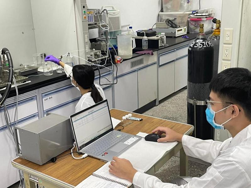 微通道反應系統將化工廠實作縮小化進入校園,除了簡化空間還可以改善傳統化工廠的現況,讓製程更安全更穩定。圖/台科大提供
