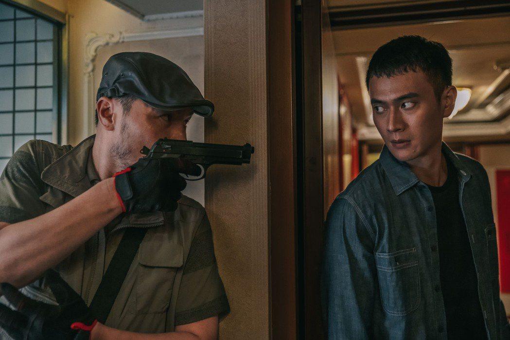 劉冠廷(右)在劇中遭李銘忠持槍狹持。圖/CATCHPLAY提供