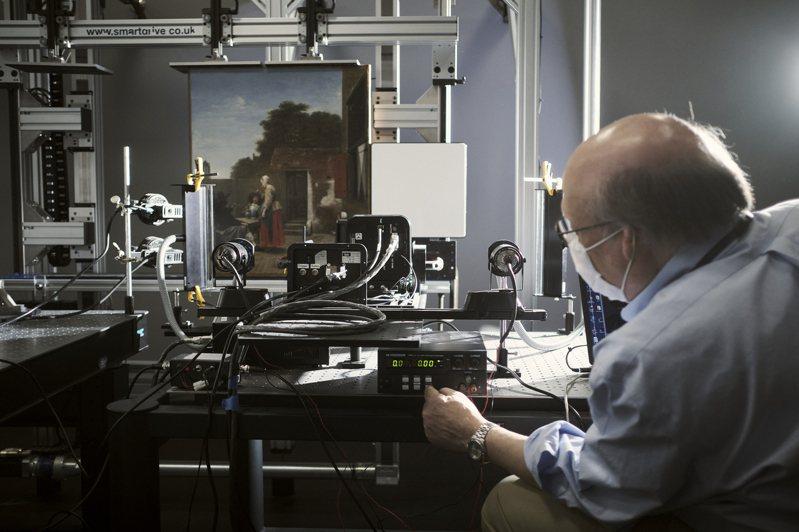 美國國家藝廊資深造影科學家狄拉尼,準備以高光譜攝影機掃描荷蘭畫家霍赫的作品。紐約時報