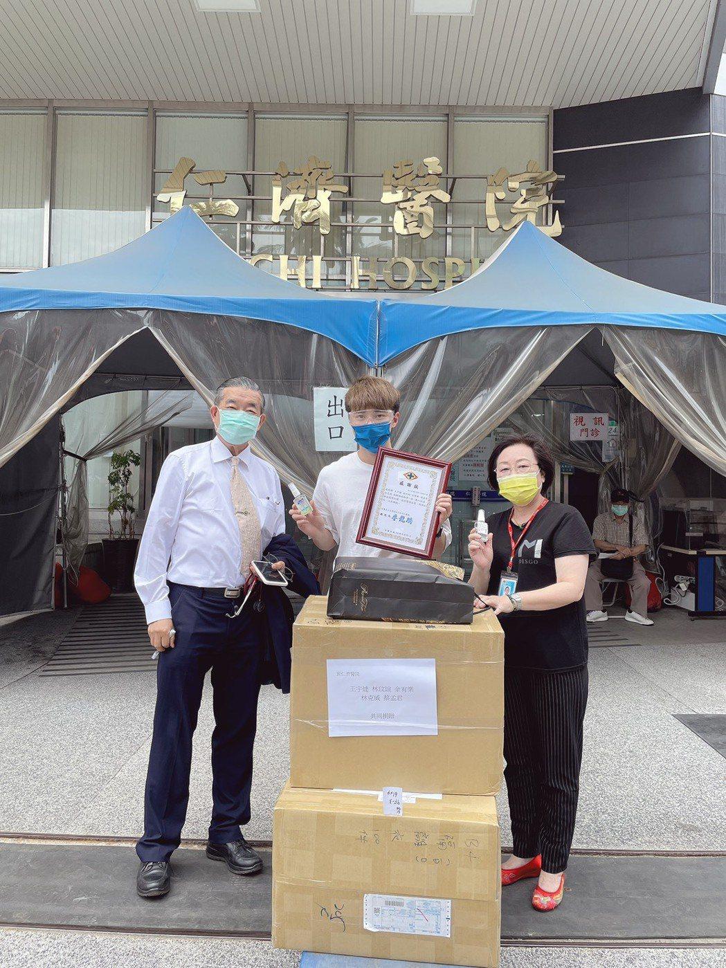 余宥樂(中)將防護衣等防疫物資送到仁濟醫院。圖/星浪娛樂提供