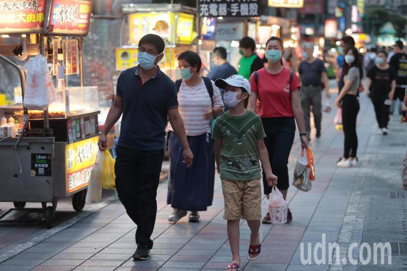 台北市寧夏夜市29日晚上微解封,攤商單邊恢復營業,不少民眾手上提著美食外帶回家享用。記者蘇健忠/攝影