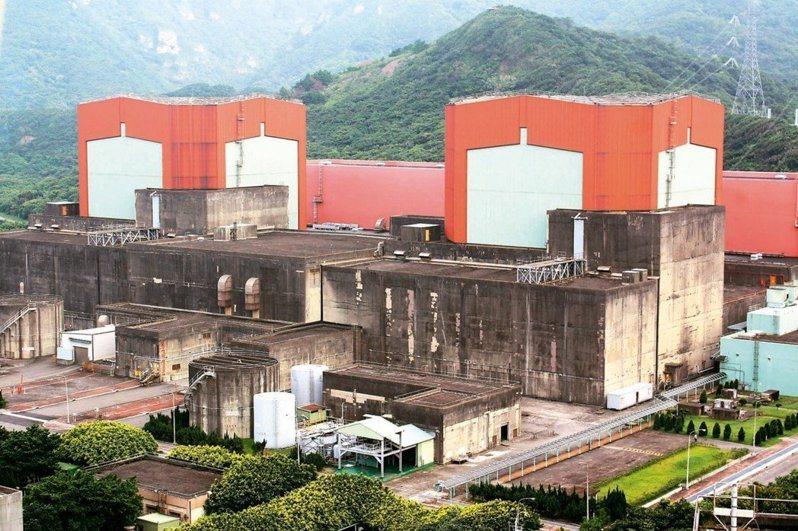 台電核二廠1號機原應運轉至今年底如期屆齡除役,但因為用過燃料池空間不足,且新北市政府未同意乾貯設施動工,因此將於今(1)日提前停機。 本報資料照