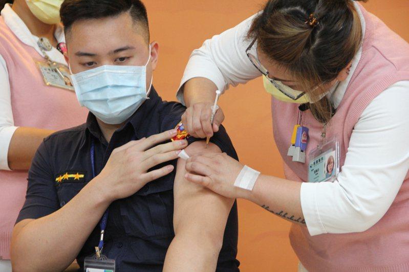 航警陳以倫四月與中央疫情指揮中心副指揮官陳宗彥一起施打AZ疫苗,近日因自爆工作七年都在打混摸魚,引發各界撻伐。圖/聯合報系資料照片