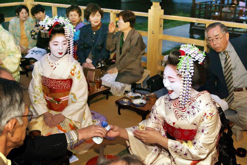 藝妓和舞妓通常透過面對面表演傳統藝術,或和客人飲酒聊天,但在疫情期間根本無法進行這類服務。 法新社