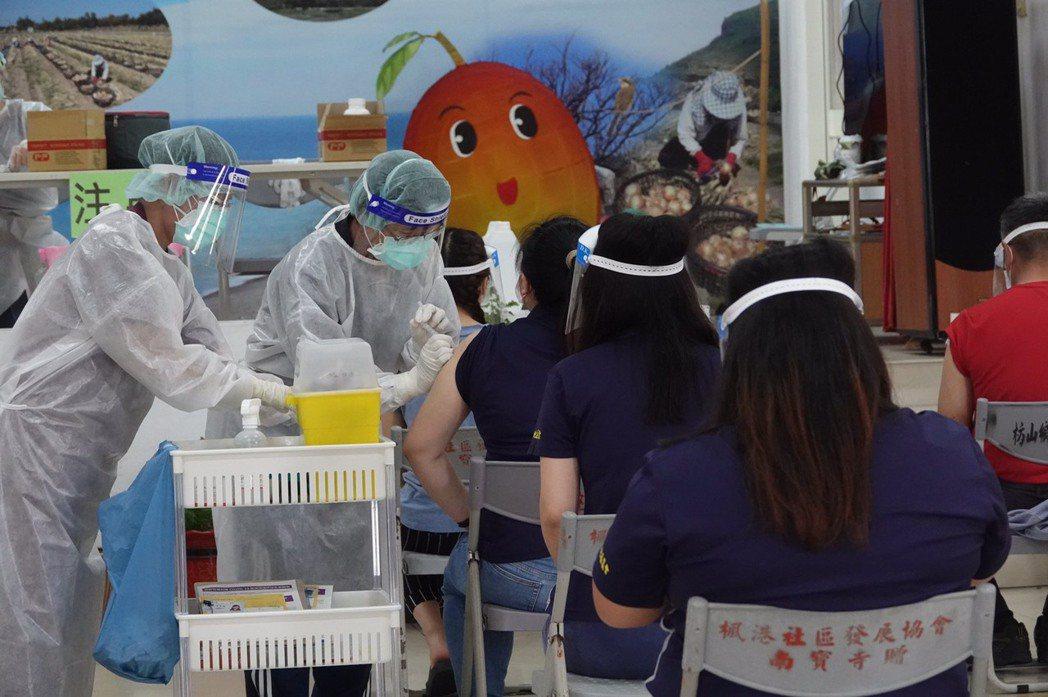 Delta變種病毒在近日入台,不明感染源案例已產生,讓台灣疫情再度出現變數。圖為屏東枋山楓港民眾接種疫苗。 圖/聯合報系資料照