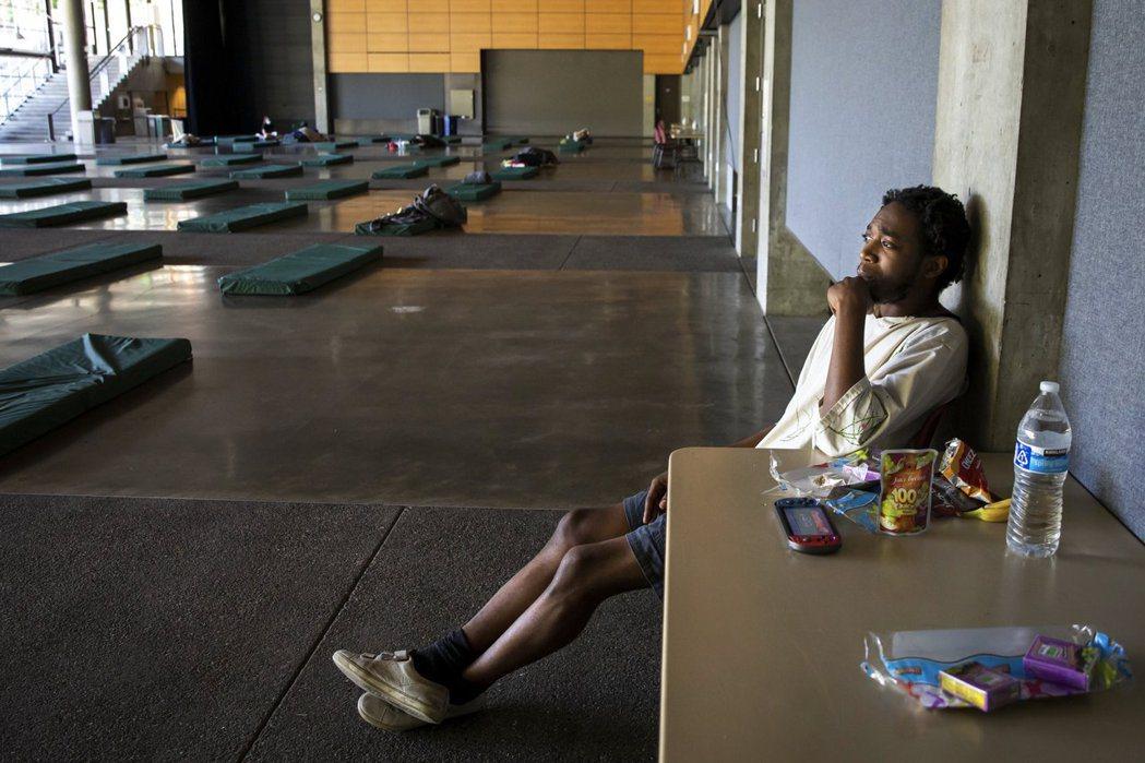 圖為群眾因為高溫在西雅圖的會議中心過夜休息。 圖/美聯社