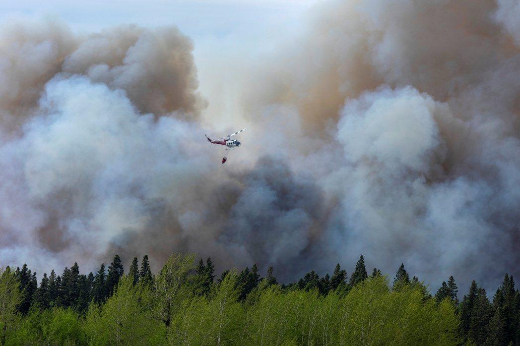 圖為5月18日發生在薩克其萬省的森林大火。 圖 / 路透社