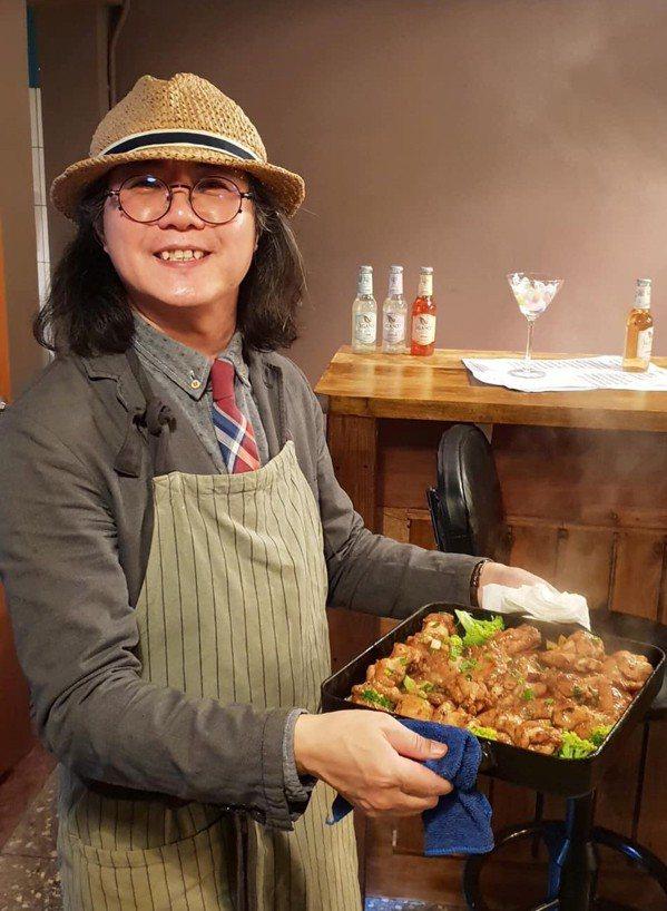 時尚達人詹朝根,出得了廳堂,也入得了廚房,平日居家多由他掌廚,曾在社大學習中式料...