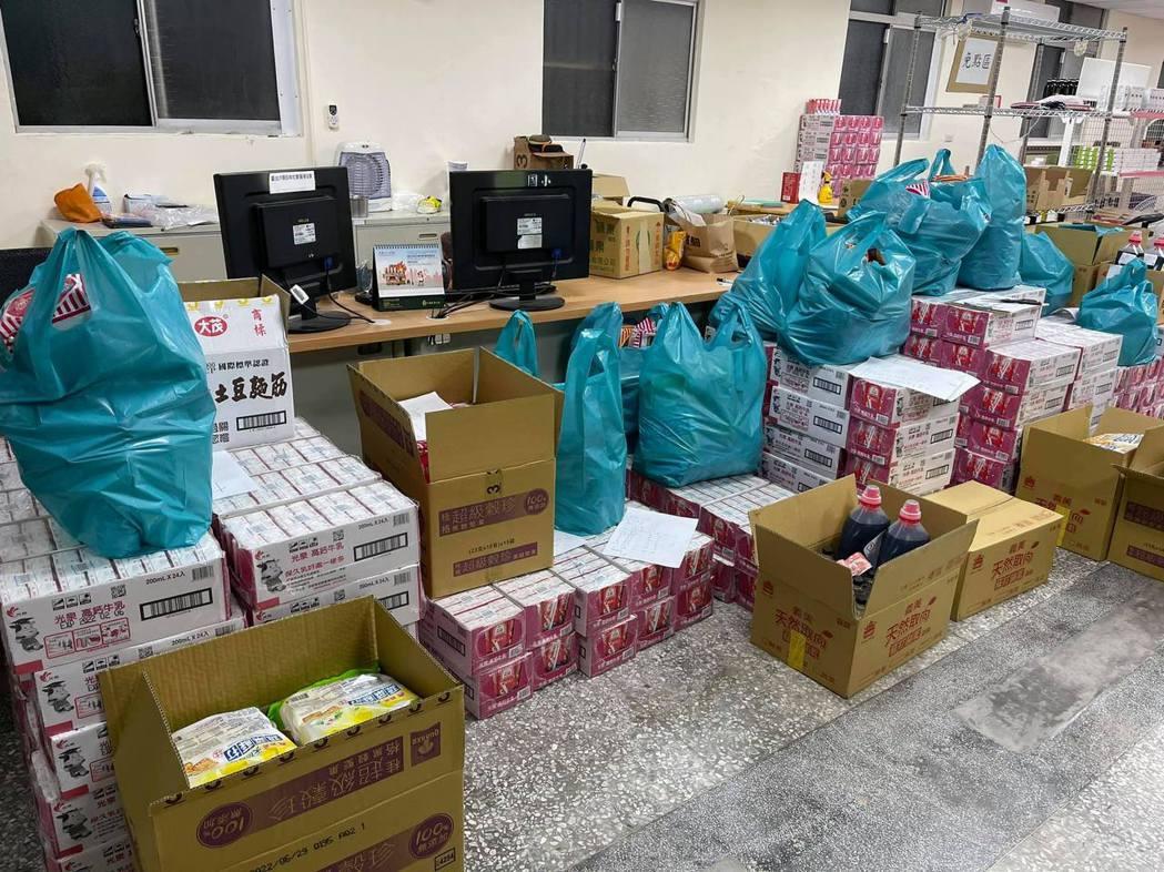 家樂福與「南機場幸福食物銀行」合作,由萬華忠勤里里長方荷生統籌分配防疫物資。 圖...
