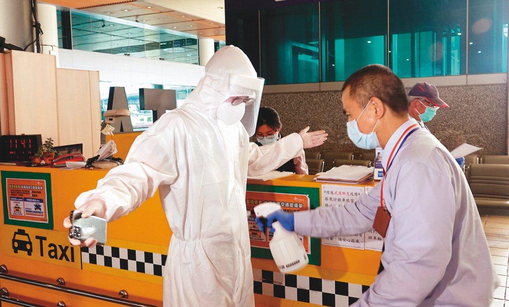 防疫計程車是負責從機場後送那些從國外返國需要直送住所隔離,不是確診者。 圖/報系...
