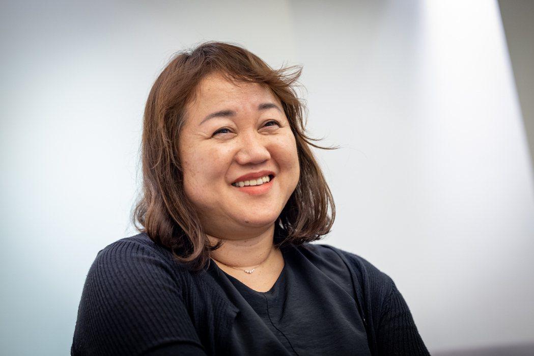面對創作,塩田千春坦言偶有墜入黑暗世界的感覺,但那也成了她的創作動力。圖/記者沈...
