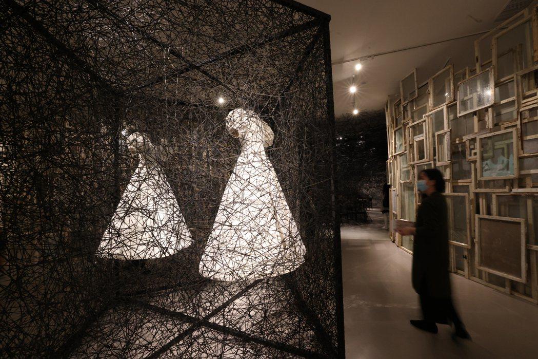 作品《時空的反射》以白色洋裝象徵人類的第二層皮膚,同時放入鏡子,探討事物的虛實。...