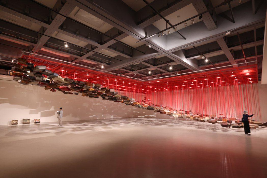 作品《集聚—找尋目的地》匯集塩田千春收集的四百多個行李箱,表達出將啟程之人心中的...