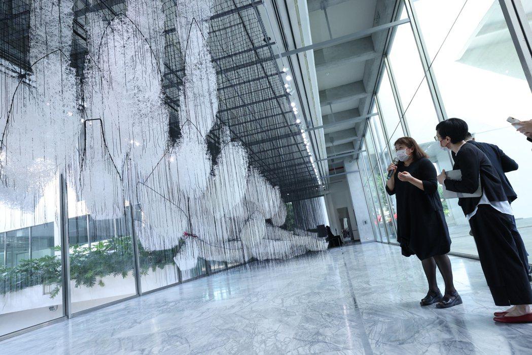 塩田千春以作品《去向何方?》,隱喻現代社會裡讓人失去方向的資訊爆炸現象。圖/記者...