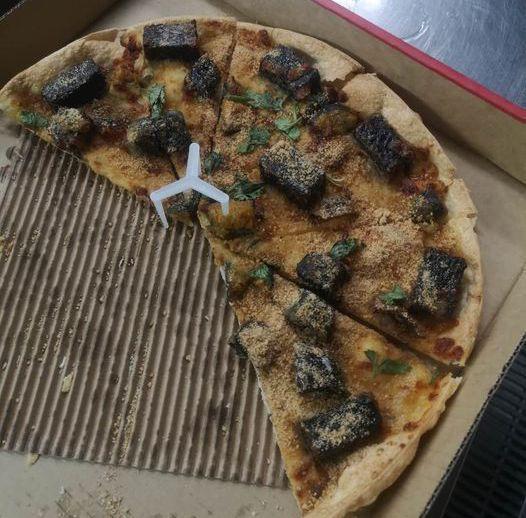 一名網友發文分享試吃「香菜皮蛋豬血糕比薩」的評價,以「五字真言」贏得網友的尊重,貼文引起熱烈討論。圖/取自爆怨2公社