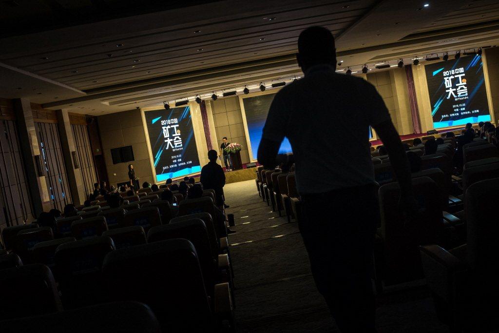 中國近期大力打擊虛擬貨幣挖礦,本月比特幣一度跌破三萬美元。 圖/歐新社