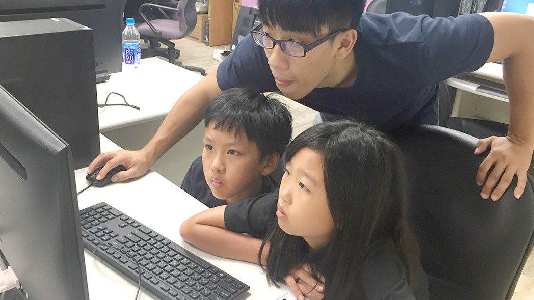 台北市基督教勵友中心運用專業的輔導與關懷,陪伴處在台灣社會邊緣的孩子與家庭在風暴...
