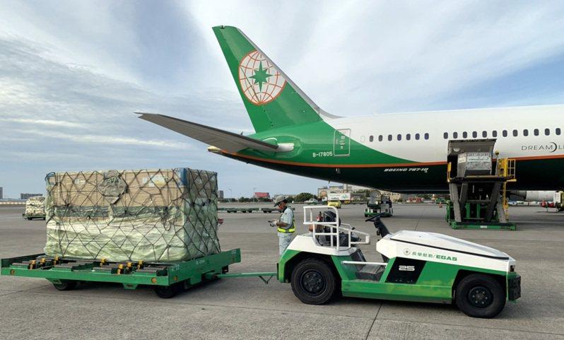政府購買的莫德納疫苗,第三批41萬劑30日下午4時46分由長榮航空公司班機從荷蘭阿姆斯特丹載運降落桃園機場。 記者陳嘉寧/攝影