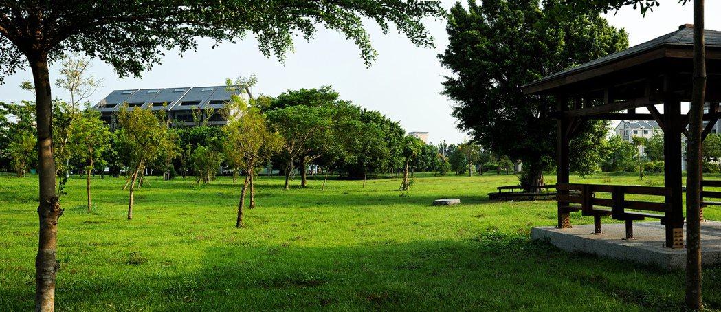 與公園僅僅十步距離,居住品質媲美大安森林公園。圖片提供/好事威 陳建程