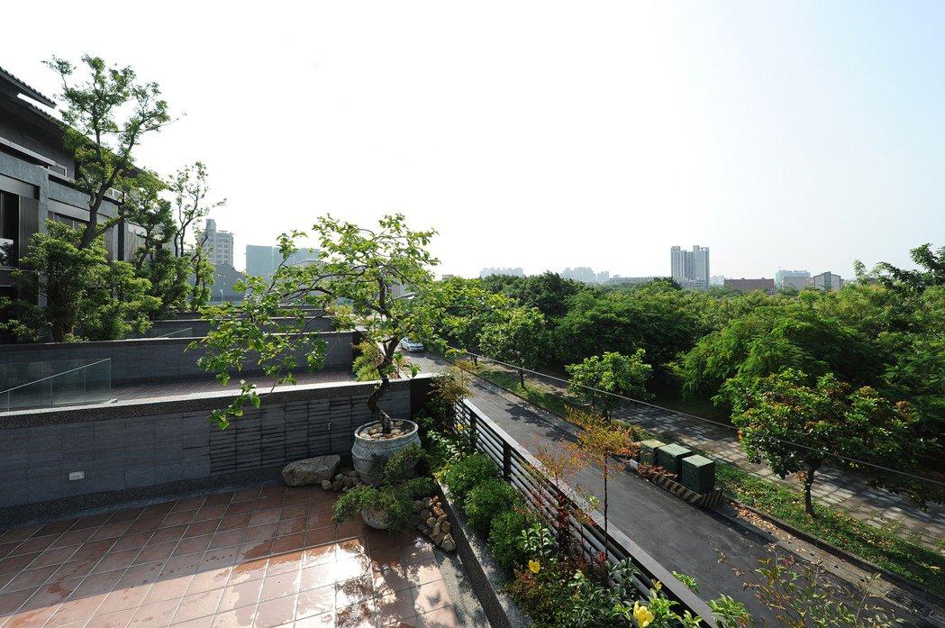「御六家」每戶皆配有綠化露臺與藍田公園相互輝映。圖片提供/好事威 陳建程