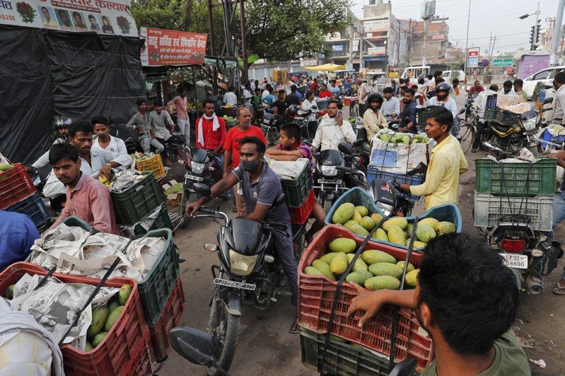 印度防疫的最大挑戰是每一平方公里必須擠420人在裡面一起生活,而大陸僅為148人。美聯社