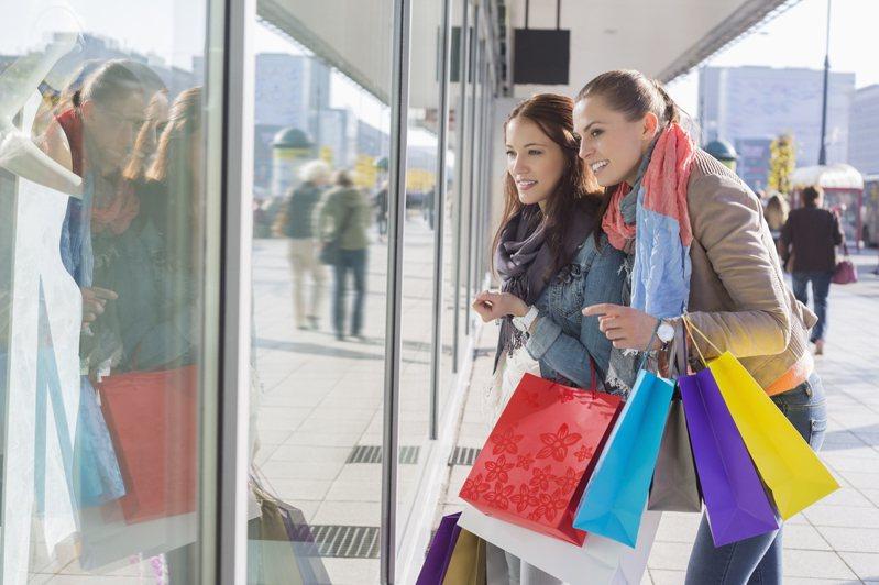 美國「衝動性購物的普遍性」研究發現,大約有5%的人受到衝動性購物的影響,女性受影響的機率是男性的9倍。 圖片來源/ingimage