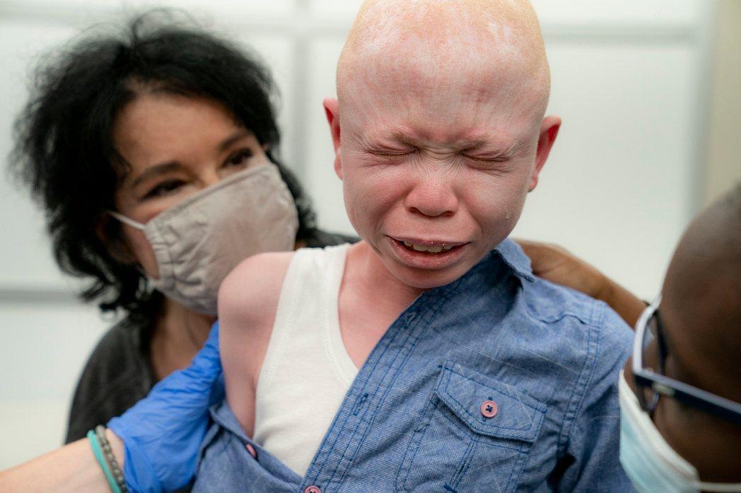 由於疫情趨緩且臨床實驗結果尚不完全明朗,各國政府對於12歲以下兒童接種COVID...